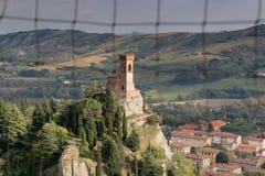 Zegarowy wierza przez średniowiecznego okno Zdjęcie Royalty Free