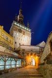 Zegarowy wierza w Sighisoara przy nocą obrazy royalty free