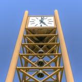 Zegarowy wierza z dzwonami pod niebieskim niebem obrazy stock