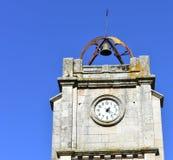 Zegarowy wierza z dzwonem na wierzchołku i niebieskim niebie Santa Maria losu angeles Mayor Kościół, Verin, Orense, Hiszpania obraz royalty free