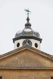 Zegarowy wierza z pogodowym vane i pediment w śniegu Obraz Stock