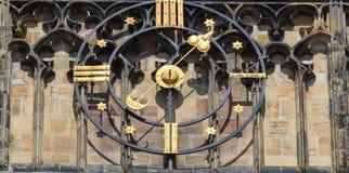 Zegarowy zbliżenie w grodowym republika czech, Europa ilustracyjny lelui czerwieni stylu rocznik Praga zegarowy wierza szczegół Obraz Royalty Free