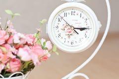 Zegary na stojaku na podłoga z kwiatami Obrazy Stock