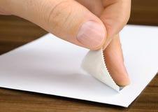 Zegel die op een envelop wordt gekleefd stock afbeelding