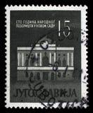 Zegel in Joegoslavië gewijd aan verjaardag 100 van het Nationale Theater in Novi Sad wordt gedrukt dat Stock Foto's