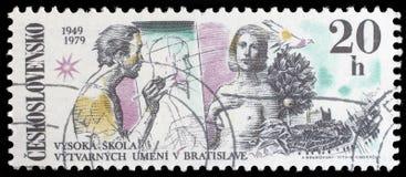 Zegel in Tsjecho-Slowakije, gewijd aan 30ste verjaardag van de Beeldende kunstenacademie wordt gedrukt, Bratislava dat Royalty-vrije Stock Foto