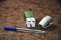 Zegelnietmachine en pen Stock Fotografie