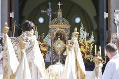 Zegen met het Heilige Sacrament aan het eind van het Corpus Chr Stock Fotografie