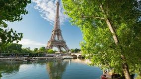 Zegen in Parijs met de Toren van Eiffel op zonsopgang stock videobeelden