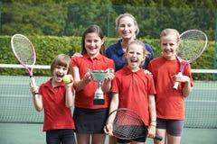 Zegevierend Schooltennis Team With Trophy stock afbeeldingen
