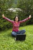 Zegevierend vrouw die aan laptop in vakantie werkt Stock Foto's