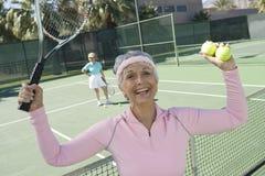 Zegevierende Hogere Vrouwelijke Tennisspeler stock foto