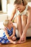 Zehennägel des Tochter-Anstrich-Mutter zu Hause Stockfoto