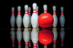 Zehn Bowlingspielstifte und -ball Stockfotografie