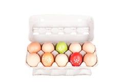 Zehn Eier in einem Kartonpaket lokalisiert Lizenzfreie Stockfotografie