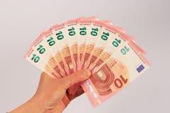 Zehn Eurobanknoten in der Hand Lizenzfreie Stockbilder