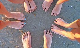 Zehn Fuß einer Familie am Strand Lizenzfreie Stockbilder