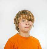 Zehn Jahre alte Junge, die gebohrt schauen Stockfoto