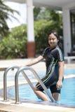 Zehn Jahre alte Mädchen, die im Swimmingpool spielen Lizenzfreie Stockfotografie