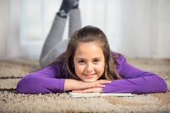 Zehn Jahre alte Mädchen mit Bücher Stockfotos
