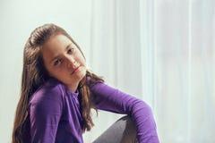 Zehn Jahre alte Mädchenaufstellung Lizenzfreies Stockbild