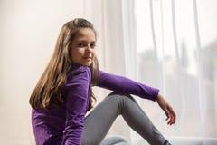 Zehn Jahre alte Mädchenaufstellung Stockfotografie