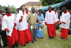 ZEHN JAHRE EINER AFRIKANISCHEN PRIESTER-PRIESTERSCHAFT Stockfoto