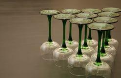 Zehn klassische grüne aufgehaltene Wein-Gläser lizenzfreie stockbilder