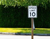 Zehn-Meilen pro Stunden-Höchstgeschwindigkeitszeichen Lizenzfreies Stockbild