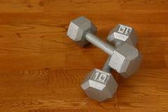Zehn Pfund Dumbells I lizenzfreie stockbilder