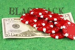 Zehn rote Chips auf einer Rechnung fünfzig Dollar Stockfoto