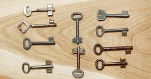 Zehn symmetrisch vereinbarte Schlüssel auf einem hölzernen Hintergrund lizenzfreie stockbilder