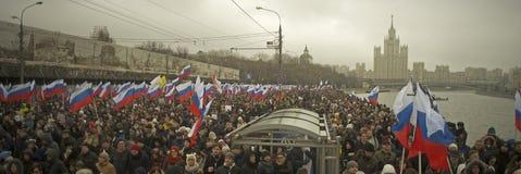 Zehn Tausenden marschieren zum Gedenken an ermordeten Boris Nemtsov am 1. März 2015 Lizenzfreie Stockfotos