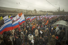 Zehn Tausenden marschieren zum Gedenken an ermordeten Boris Nemtsov am 1. März 2015 Lizenzfreies Stockbild