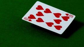 Zehn von den Herzen, die auf Kasinotabelle fallen stock video