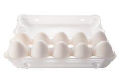 Zehn weiße Eier in der Verpackung Stockbilder