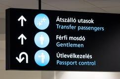 Zeichen über Passkontrolle in Budapest-Flughafen lizenzfreie stockfotos