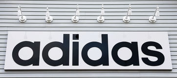 Zeichen adidas auf dem Gebäude Lizenzfreies Stockbild