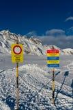 Zeichen auf Bahnen eines Schnee Groomer vor der Jagdregion von Graue Hörner in der Schweiz lizenzfreie stockfotos
