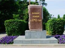 Zeichen auf dem Stein Orenburg wurde im Jahre 1743 gegründet Lizenzfreies Stockfoto