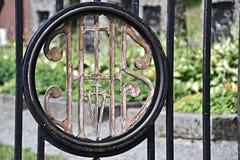 Zeichen auf dem Tor zum Kirchhof Stockfotos