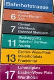 Zeichen auf dem Tramhalt auf der Bahnhofstrasse-Straße in Zürich Lizenzfreies Stockfoto