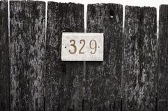 Zeichen auf dem Zaun Stockfoto
