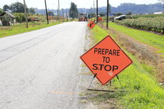 Zeichen auf einem Straßenbau-Standort stockbild