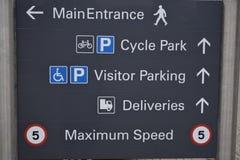 Zeichen auf einer Graupappe in der Stadt Stockbilder