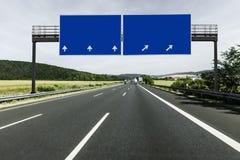 Zeichen auf einer leeren Landstraße lizenzfreie stockfotos