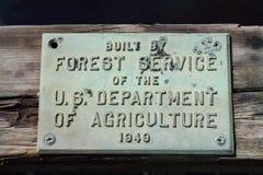 Zeichen auf Forest Service Built Bridge Lizenzfreie Stockbilder