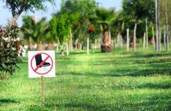 Zeichen auf Gras Lizenzfreie Stockfotos