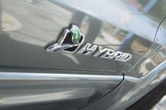 Zeichen auf hybridem Auto Stockfoto