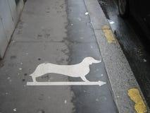 Zeichen auf Pflasterung in Paris stockfotografie